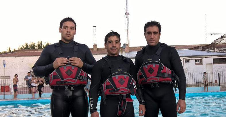 Los bomberos brindan un taller sobre rescate acuático en González ...